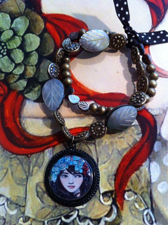Boucles, bracelet et œuvre- papier