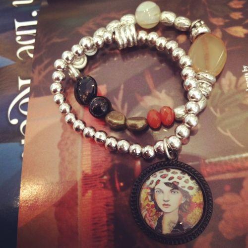Des bracelets au poignet